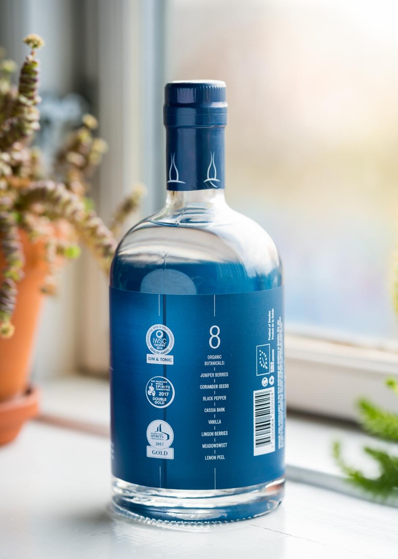 De otte botanicals listet på bagsiden af Hernö Dry Gin-flasken. Photo by Michael Sperling.