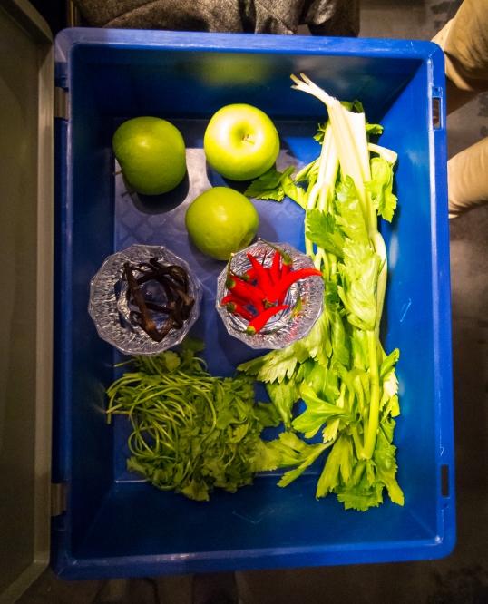 The Secret Box med æbler, vaniljestænger, bladselleri, korianderblade og chili. Photo: Michael Sperling.