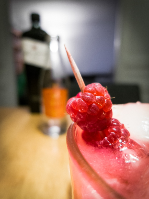 Pink Craze med Fifty Pounds Gin, Indi Tonic og hindbær. Photo by Michael Sperling.