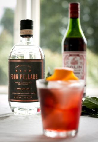 Negroni med Four Pillars Rare Dry Gin, Dolin Rouge og Campari. Photo by Michael Sperling.