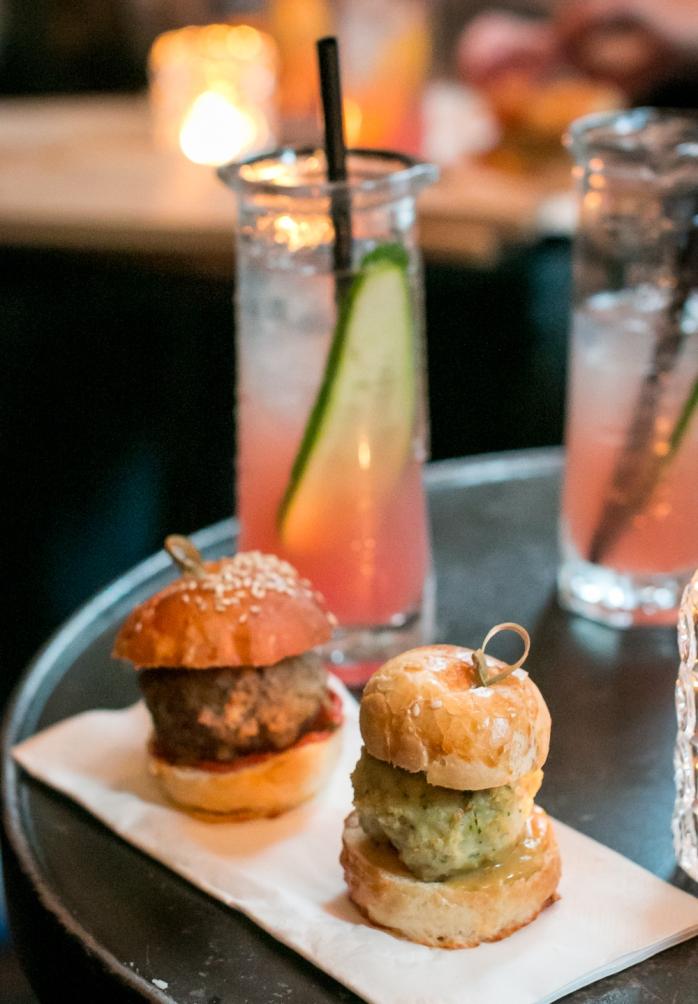 Cocktail og meatball sliders hos The Union Kitchen til Copenhagen Gin Walk #5. Photo: Michael Sperling.