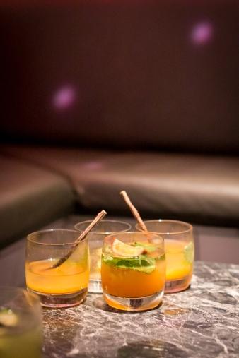 Fugus bud på en Schweppes cocktail med passionsfrugt.