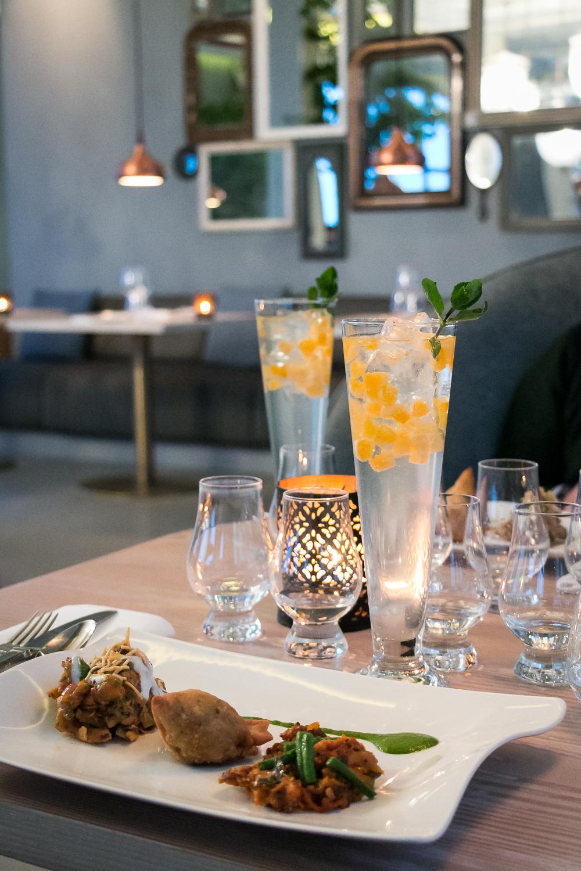 Gin & Tonic serveret med en anretning af Aloo papri chaat, Keema Mutter Samosa og mushroom pepper fry. Photo by Michael Sperling.