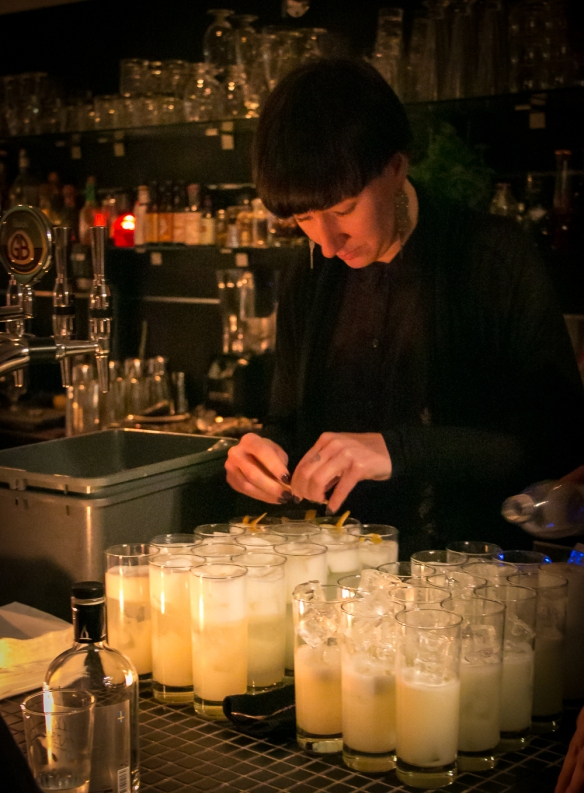 Bartender Helena Johansson mikser Tom Collins lavet på Hernö Old Tom Gin. Photo by Michael Sperling.
