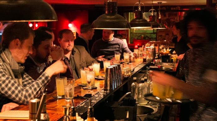 Deltagerne nyder Madam Chu's Indian Summer cocktail lavet med Hernö Swedish Excellence Gin. Photo by Michael Sperling.