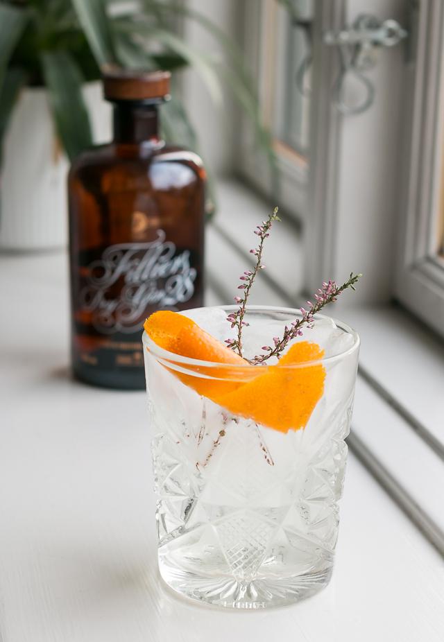 Filliers Dry Gin 28, Fentiman's Tonic Water, garneret med appelsinskal og lavendel. Photo by Michael Sperling.