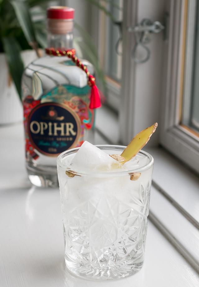 Opihr Oriental Spiced Gin, Fentiman's Light Tonic Water, garneret med ingefær og kardemommeskaller. Photo by Michael Sperling.