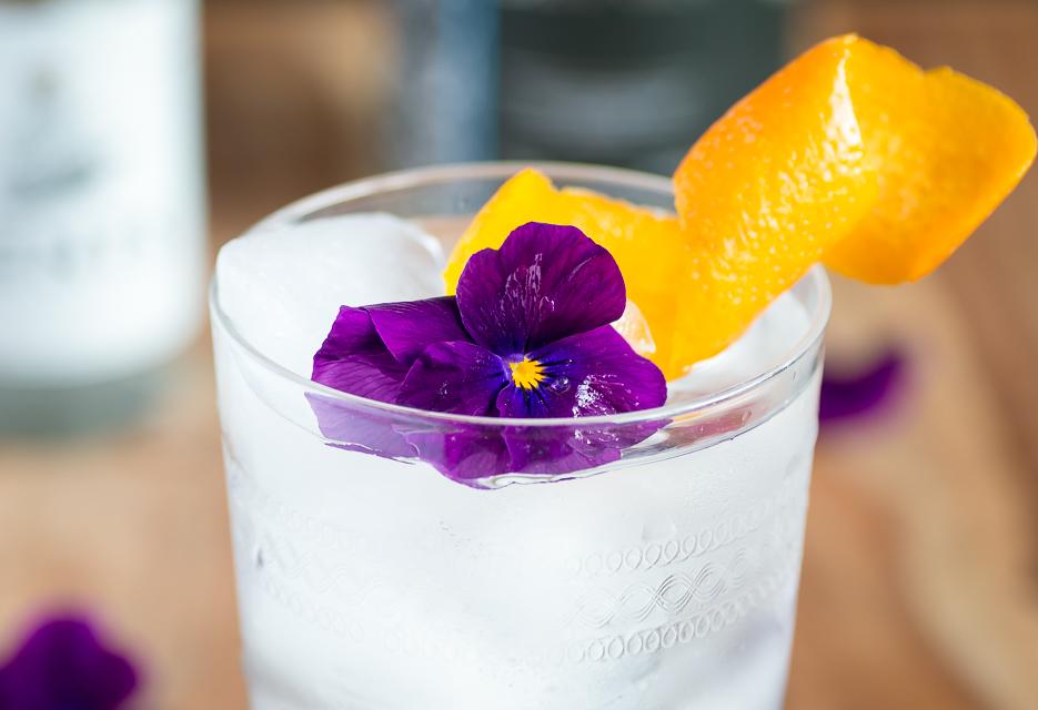 Cornish Blossoms med Tarquin's Gin, Gents Tonic, viol og appelsinskal. Photo by Michael Sperling.