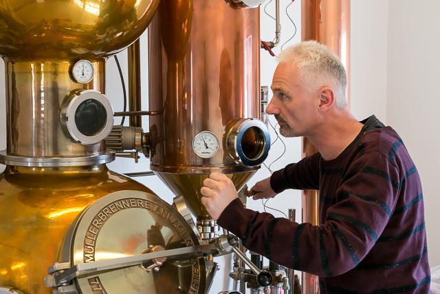 Anders Bilgram ved sin Müller-destillator hos Nordisk Brænderi. Photo by Michael Sperling.