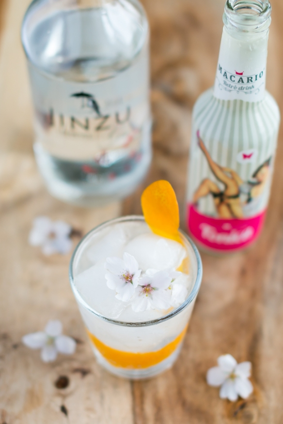G&T med Jinzu Gin, Macario Tonic, garneret med kirsebærblomst og appelsinskal. Photo by Michael Sperling.