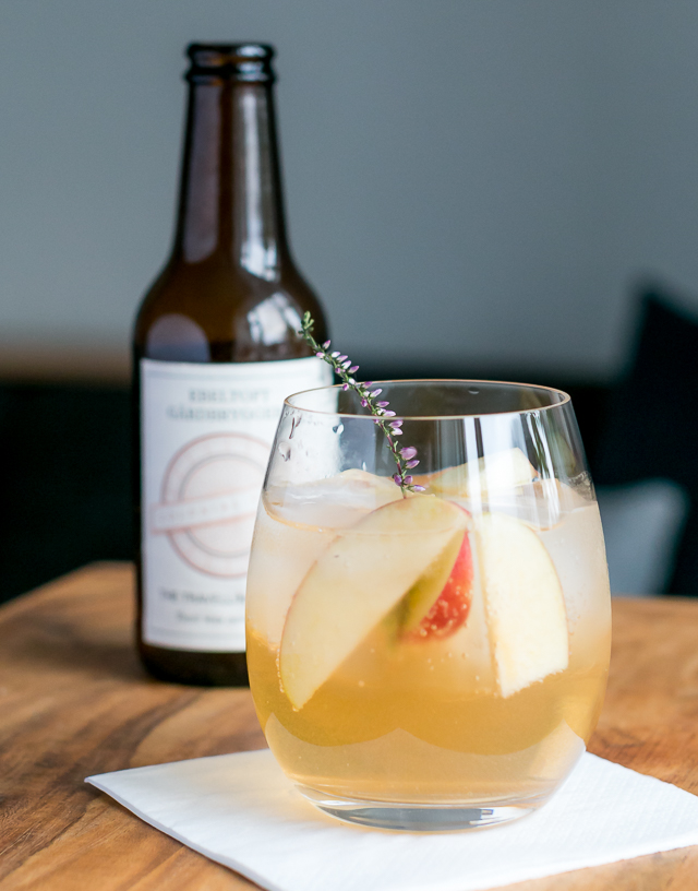 Gin and Tonic med Caorunn Scottish Gin, Colonial Tonic, apple og lyngblomst. Photo by Michael Sperling.