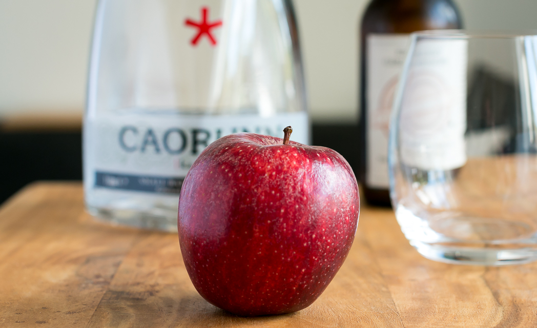 Gin and Tonic med Caorunn Scottish Gin, Colonial Tonic, apple og lyngblomst. Photo by Michael Sperling.