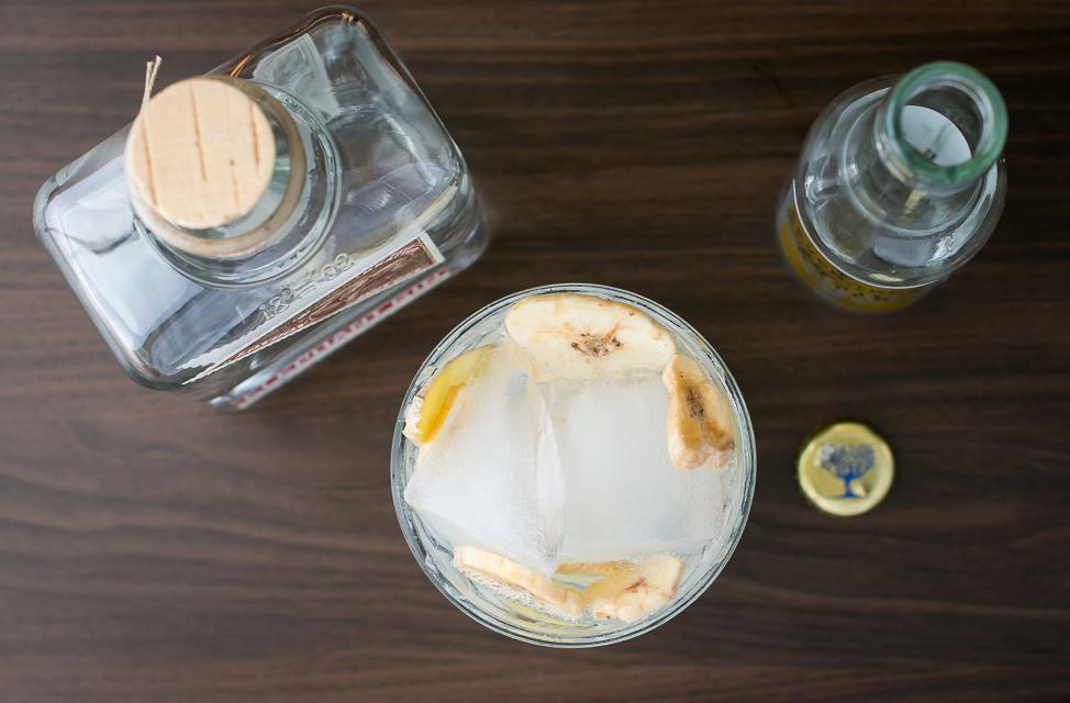Elephant Gin, Fever-Tree Tonic, ingefær og tørret banan. Photo by Michael Sperling.