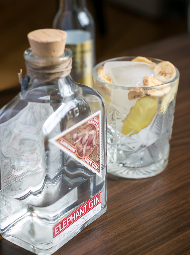 Elephant Gin, Fever-Tree Tonic, ingefær og tørret banan. Photo by Michael Sperling.