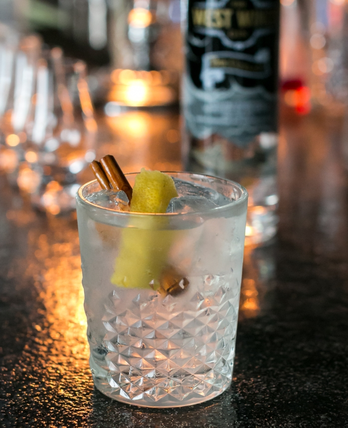 G&T med The Cutlass, Fever-Tree Tonic, kanel og citronskal på Bar25. Photo by Michael Sperling, En Verden af Gin.