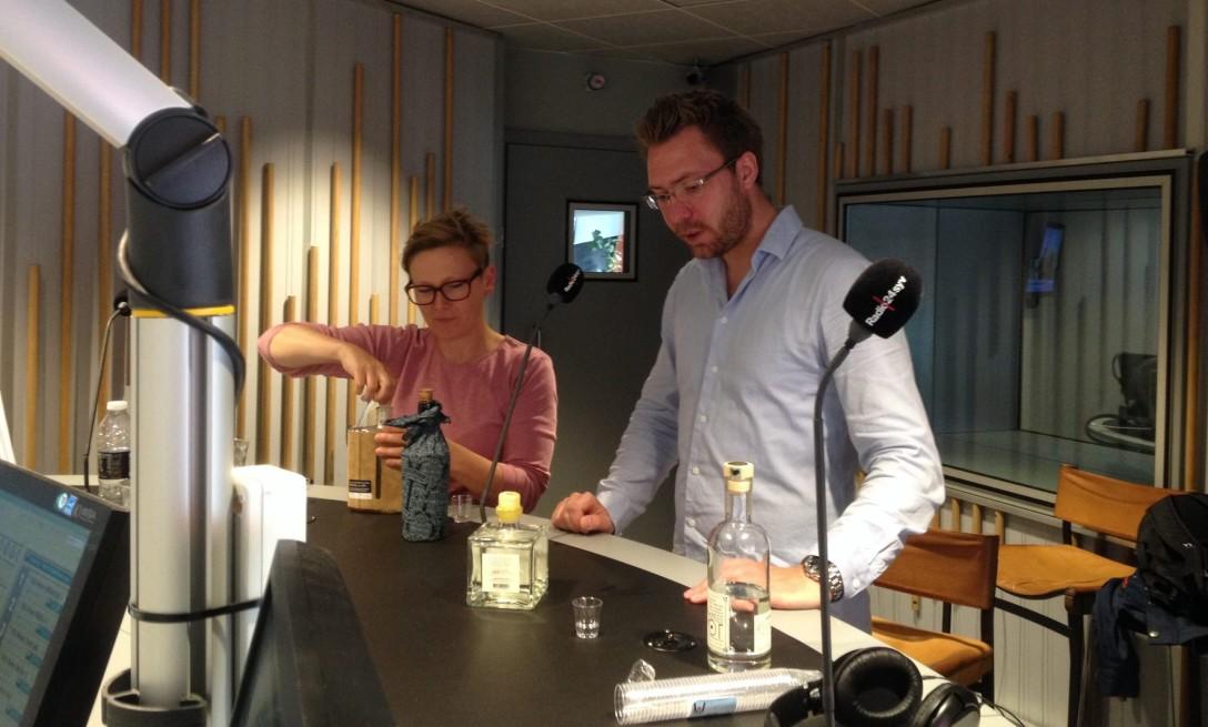 Karen Albertsen, Sally Hamilton og Michael Sperling taler om gin i radioprogrammet Veranda på Radio24syv. Photo by Sally Hamilton, Radio24syv.
