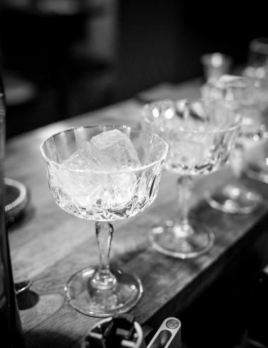 Cocktailglassene afkøles. Photo by Michael Sperling.