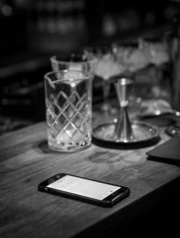 Træningen foregår med ét øje på iPhonens stopur. Photo by Michael Sperling.