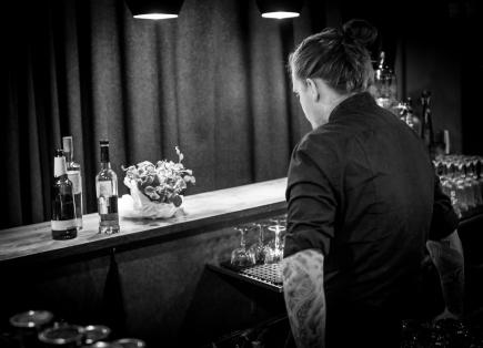 Foran ham står de grundlæggende komponenter til hans bud på en mesterskabsværdig cocktail. Photo by Michael Sperling.