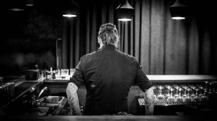 Ulrich Deleuran Steffensen er klar til at kaste sig ud i forberedelserne til DM i Klassisk Cocktail og Flair. Photo by Michael Sperling.