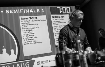 Musikken er dunker, deltagerne er. Semifinalen er i gang. Photo by Michael Sperling.