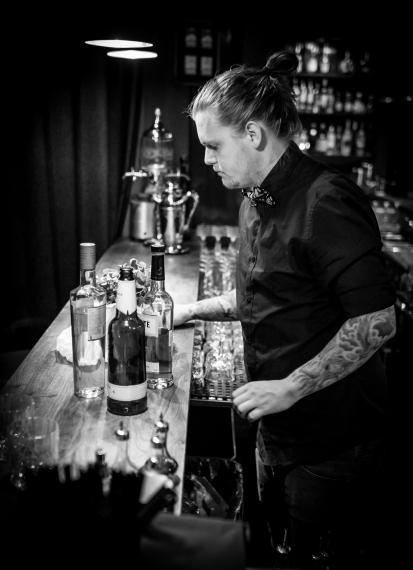 Forberedelserne foregår på cocktailbaren 1105, hvor Ulrich Deleuran Steffensen arbejder som barmanager. Photo by Michael Sperling.