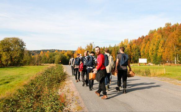 Udstyret med kurv og godt mod drager deltagerne mod Skuleberget under Hernö Gin Cocktail Awards 2016. Photo by Michael Sperling.