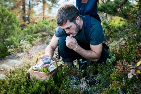 Deltagerne smager og inspireres af området ingredienser. Photo by Michael Sperling.
