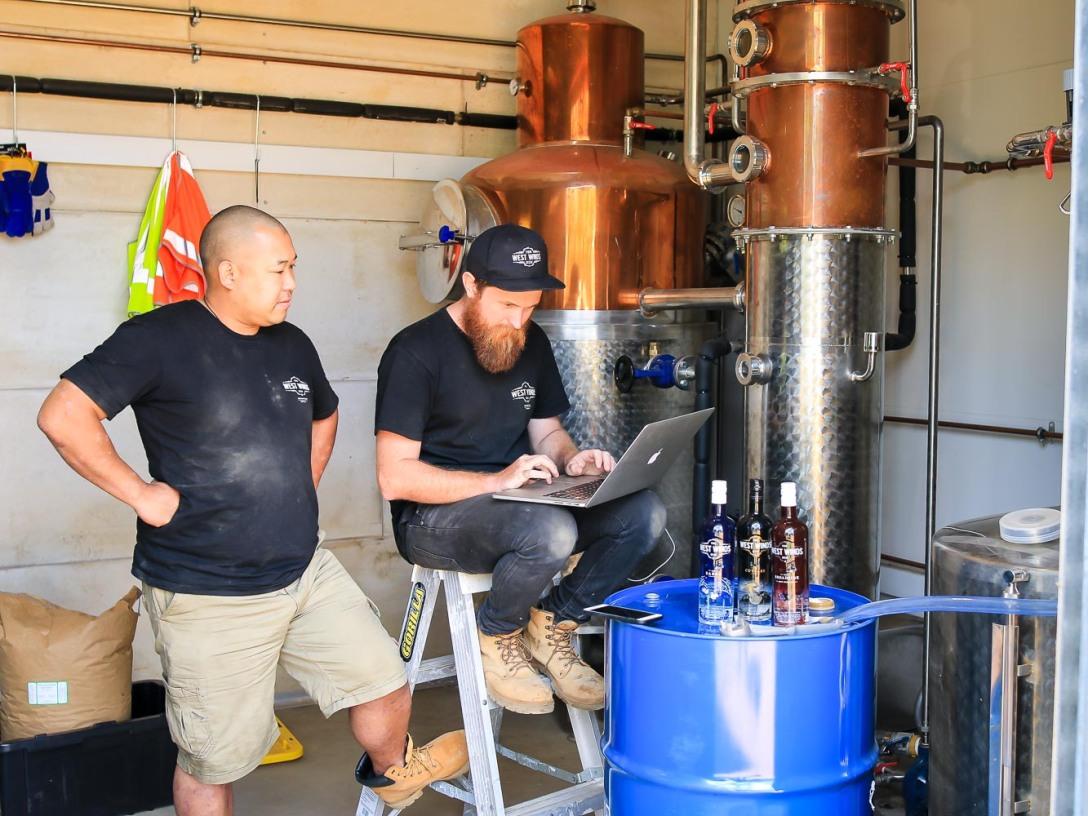 Jason Chan (tv) og Mitch 'Rummy' Keane (th) i gang med at destillere The Sabre. Photo by Michael Sperling.