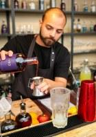 Bartender Younnes Tizar i gang med at lave en Petruchio. Photo by Michael Sperling.