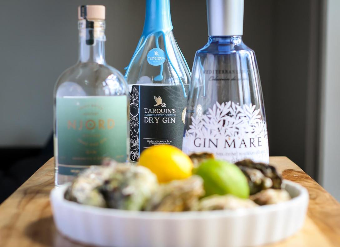 Billede: Njord Gin Sand and Sea, Tarquin's Gin, Gin Mare og en røvfuld østers. Photo by Michael Sperling.
