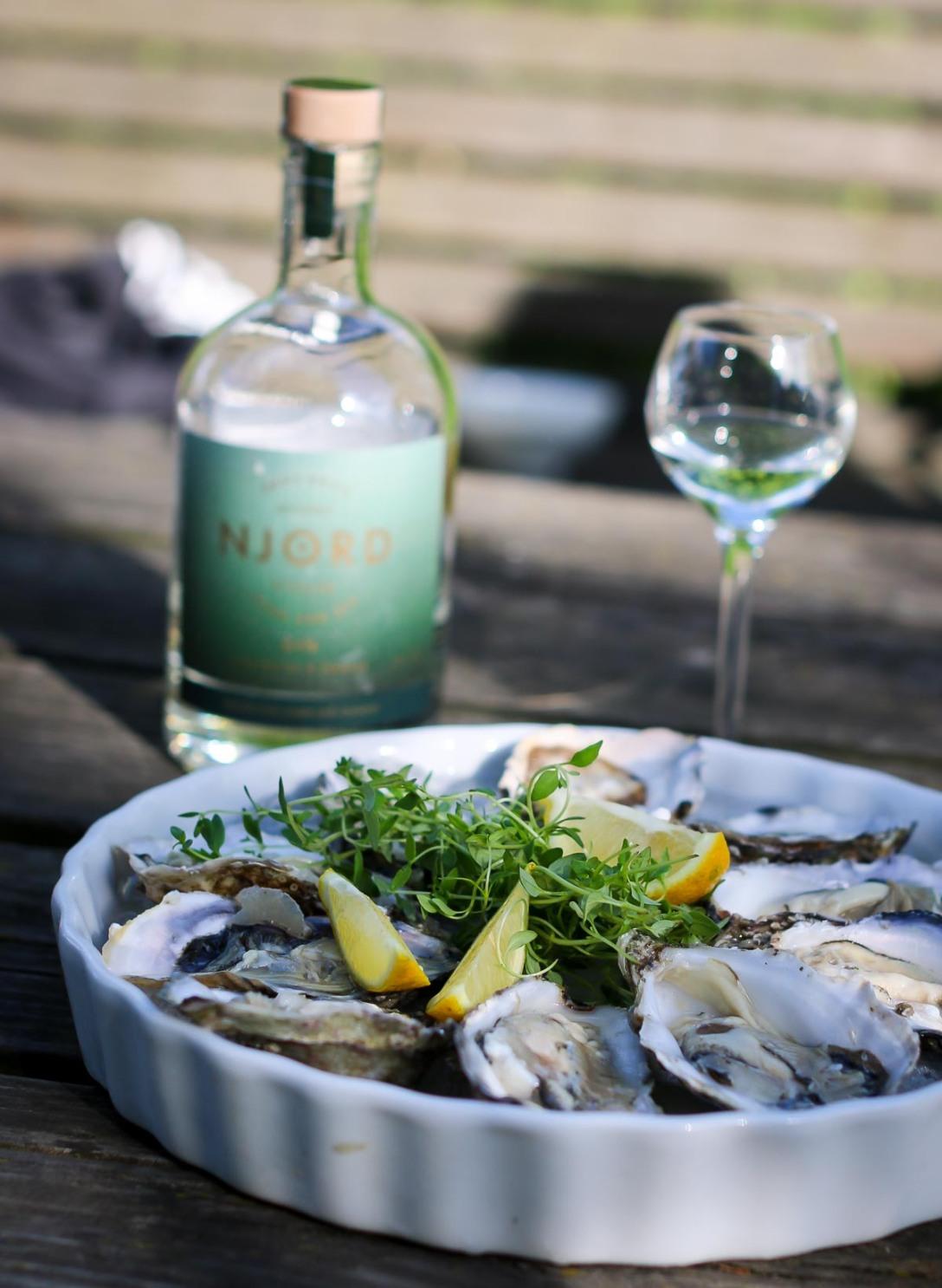 Njord Gin Sand and Sea (med Amber og Seaweed) til østers. Photo by Michael Sperling.