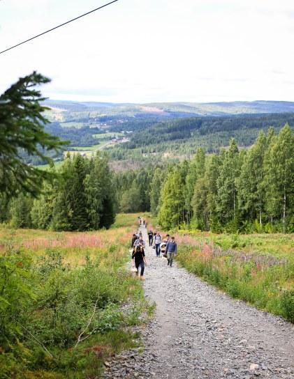 Deltagerne bevæger sig op ad Skuleberget. Photo by Michael Sperling.