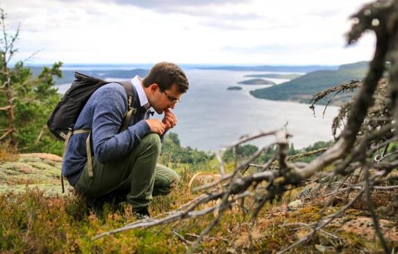 Bartender Goran Aziz udforsker bjergets flora. Photo by Michael Sperling.
