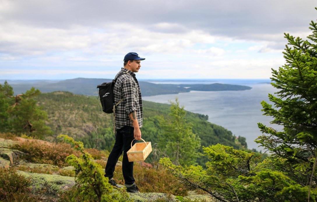 Bartender Leo Lahti på toppen af Skuleberget. Photo by Michael Sperling.