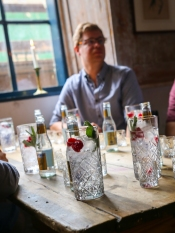 Gin & Tonic med Nordisk Gin, Fever-Tree Indian Tonic, salvie og hindbær på The Bird and The Churchkey. Photo by Michael Sperling.