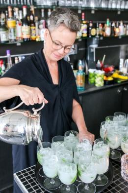 Kirsten Holm mikser cocktails på K-bar. Photo by Michael Sperling.