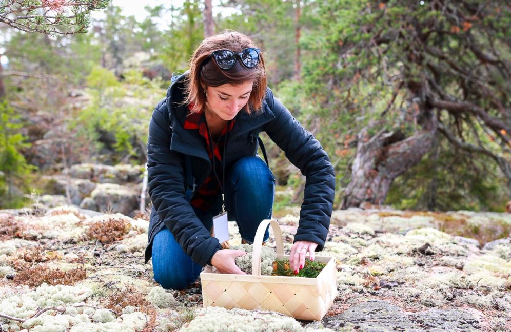 Charlotte Charret på jagt efter ingredienser til sin cocktail. Photo by Michael Sperling.