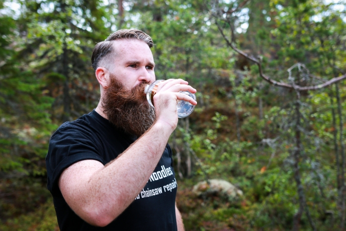 Deltager Nathan Colby smager på årest Hernö High Coast Terroir Gin 2018. Photo by Michael Sperling.