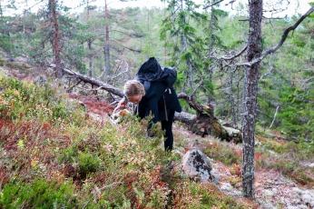Deltager Tina Rovåger på jagt efter ingredienser til sin cocktail. Photo by Michael Sperling.