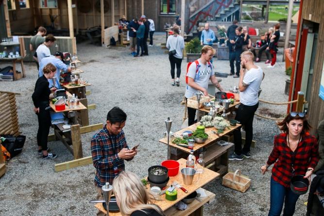Deltagerne arbejder på deres cocktails i Friluftsbyn for foden af Skuleberget. Photo by Michael Sperling.