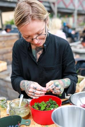 Deltager Tina Rovåger eksperimenterer med ingredienserne til sin cocktail. Photo by Michael Sperling.