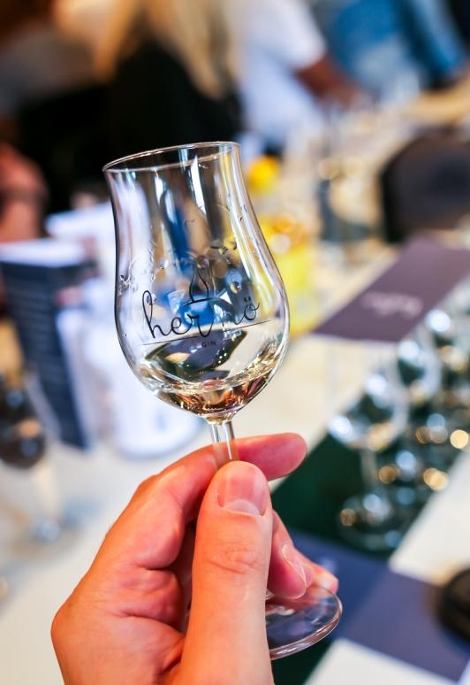 Første mundfuld af Hernö High Coast Terroir Gin 2018. Photo by Michael Sperling.
