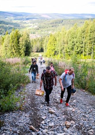 Deltagerne indtager Skuleberget for at plukke ingredienser til deres cocktails. Photo by Michael Sperling.