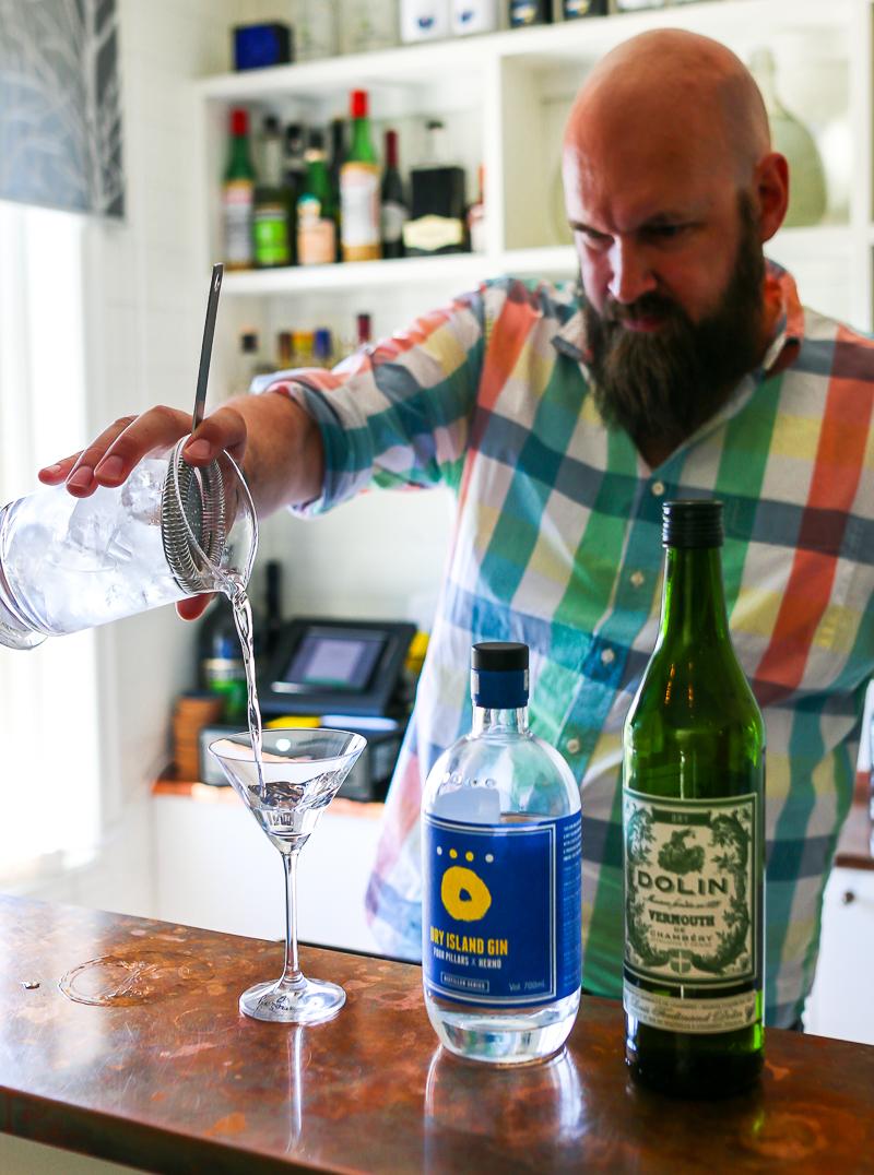 Magnus Ernstsson fra Hernö Gin tester martinis. Photo by Michael Sperling.