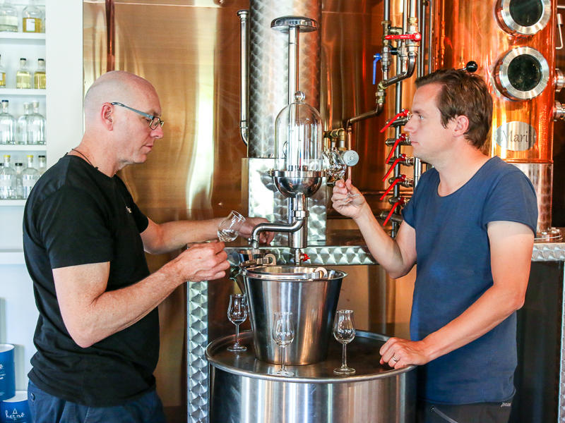 Cameron MacKenzie (tv) og Jon Hillgren (th) tasting gin. Photo by Michael Sperling.