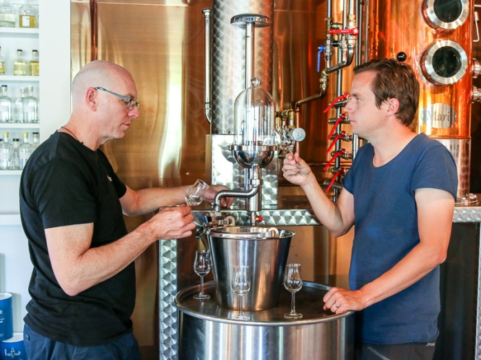 Cameron MacKenzie (tv) og Jon Hillgren (th) tasting gin. Photo by Michael Sperling.