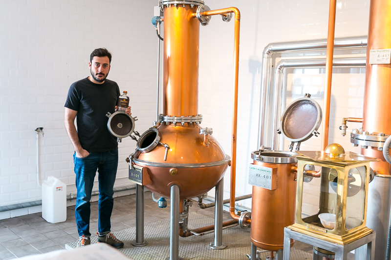 Master Distiller hos Peter in Florence Distillery, Stefano Cicalese. Photo by Michael Sperling.