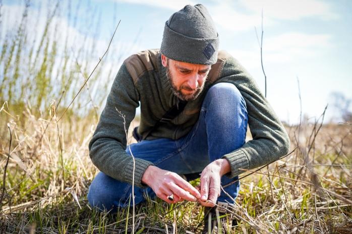Lars Toke Graugaard leder efter mjødurt mellem sivene. Photo by Michael Sperling.