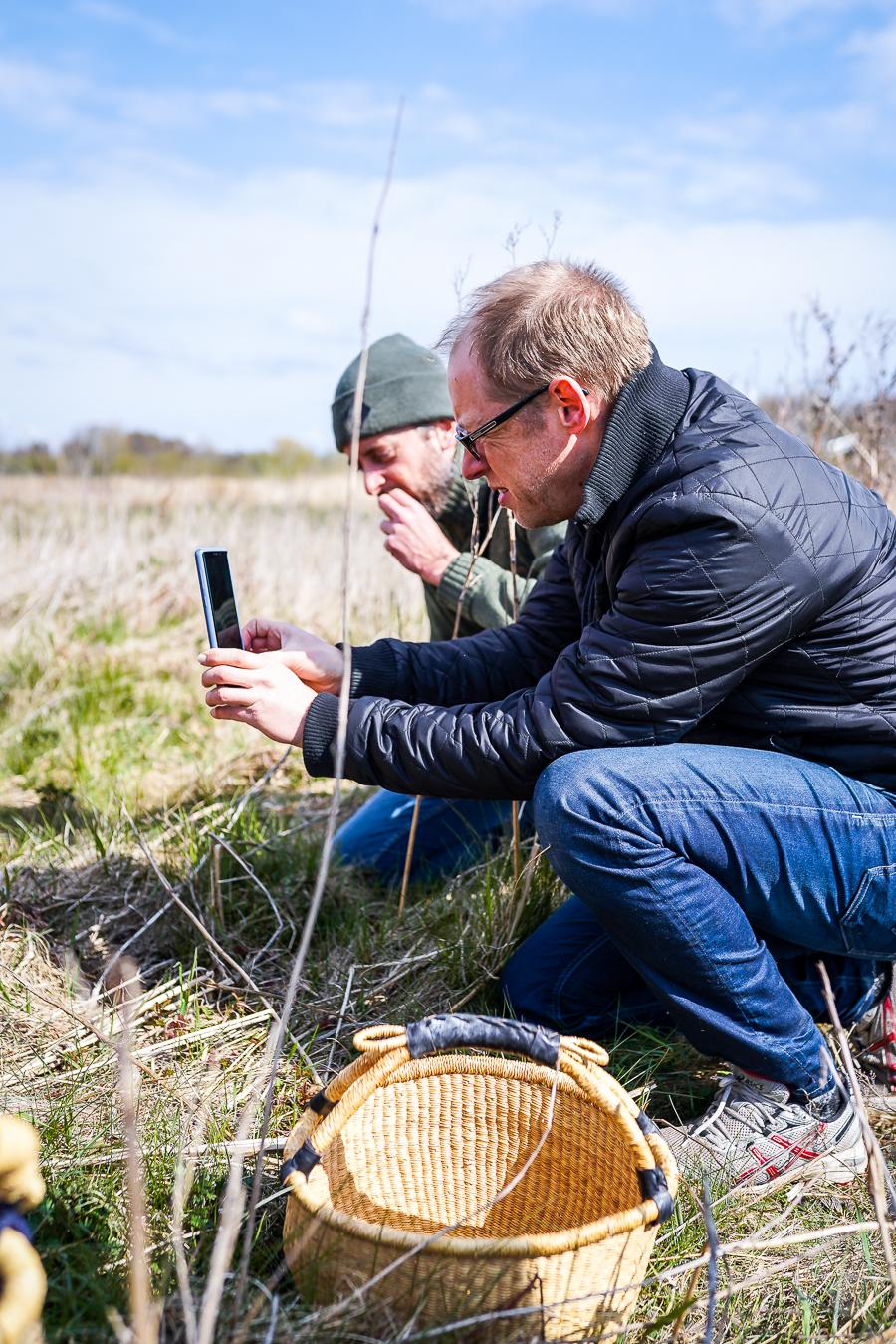 Lars Toke Graugaard og Troels Præst Andersen dokumenterer plukkearbejdet i Ådalen. Photo by Michael Sperling.